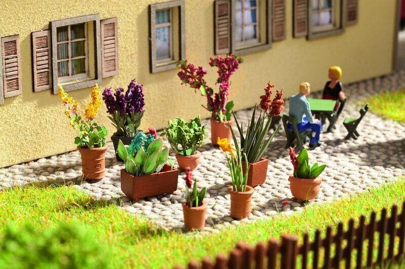 Noch Zierpflanzen in Blumentöpfen, 9 Blumentöpfe (14012)