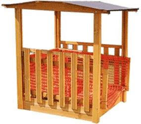 Spielhaus mit Sandkasten und Fußballtor,
