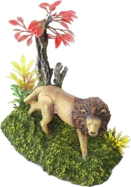 EBI Löwe mit Pflanzen